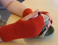 Facilissimi e unisex, questi guanti sono costituiti da due rettangoli di maglia legaccio cuciti a formare un tubo. Sfruttano l'elasticità del legaccio per creare una perfetta vestibilità. Se hai le mani molto grandi, avvia più maglie per ottenere dei guanti più lunghi; se invece li vuoi fare per un bambino avvia meno maglie. La larghezza la regolerai avvolgendo le mani nel guanto non finito e quindi potrai tararla sulla tua taglia. Attenzione, il filato suggerito è realizzato in diversi…