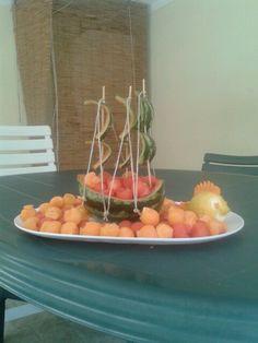 Macedonia nel cocomero a forma di barca. Con limone intagliato a pesciolino.