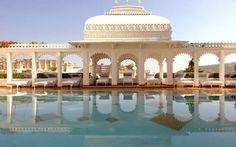Isolado em uma ilha no lago Pichola, em Udaipur, o hotel Taj Lake Palace é digna de príncipe. Foto: Reprodução