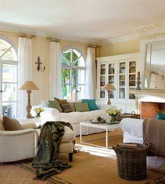 Salón con sofas y librería en color blanco