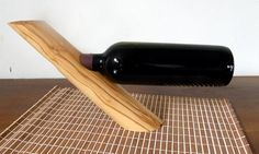 Aus massivem kretanischem Olivenholz ist dieser Weinflaschenhalter gefertigt - eine einzelne Weinflasche wird damit zur besonderen Dekoration. Jede...