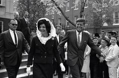 1962. 29 Avril. By William J. SMITH. President John F. Kennedy and first lady Jacqueline Kennedy leave Holy Trinity Catholic Church in Georgetown, Washington, after attending Mass. Mrs. Kennedy wears a while mantilla to cover her head (AP Photo/William J. Smith)