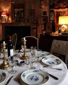 Monsieur T.'s cottage. Wabi Sabi, Cozy Living Rooms, Dining Rooms, Beautiful Table Settings, Shabby, Dining Room Inspiration, French Country House, French Decor, Rustic Elegance