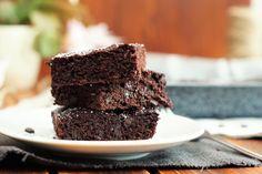 """Also liebe Backfreunde, Brownies gehen doch einfach immer, oder? Da bislang noch ein tolles Rezept hierfür auf meinem Blog gefehlt hat, hole ich das schnell mal mit diesen leckeren Schoko Brownies nach! Sie sind super einfach in der Herstellung und auch schnell gemacht. Aber eines noch vorweg: Wer nun ein Brownie-Rezept für richtige """"fudgy"""" (innen …Continue Reading..."""