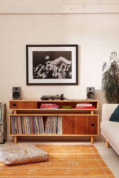Si j'étais riche, je m'offrirais un meuble dédié à la musique avec rangement pour vinyles et platine Apartment Furniture, Home Furniture, Furniture Design, Furniture Ideas, Retro Furniture, Media Furniture, Rustic Furniture, Furniture Makeover, Antique Furniture