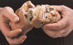 Domácí chleba sice zabere větší množství času a víc se při hnětení nadřete, ale výsledek za to rozhodně stojí. Naučíme vás, jak to udělat, aby bylo těsto uvnitř krásně nadýchané a zvenku báječně křupavé. A když do něj ještě přidáte ty správné ingredience, tak se po prvním kousnutí přenesete přímo na italský nebo francouzský venkov.