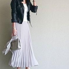 この春、ユニクロから春夏にヘビロテ間違いなしのシフォンプリーツスカートが2990円で登場。マキシ丈(ロングスカート)なので女子に嬉しい体型カバー効果もあるのです。きれいめにもカジュアルにも合わせやすい万能アイテムなのでユニジョも大注目です。