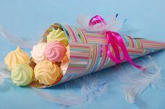 10 ideias para decorar a mesa para uma festa do dia das crianças - 1º - Suspiros no cone  Você pode fazer esses cones com papel de presente e rechear com qualquer tipo de doce.                                                                                                                                                      Mais