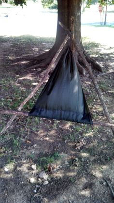 Bushcraft chair - A-frame with a pole threaded sack tied off at top Bushcraft Skills, Bushcraft Knives, Bushcraft Camping, Camping Survival, Survival Shelter, Wilderness Survival, Survival Tools, Outdoor Seating, Outdoor Camping