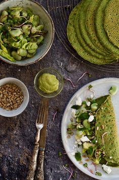 Spinazie flensjes gevuld met lauwwarme tuinbonen salade