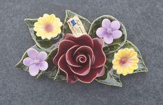 Ceramic decoration with a red rose and garden flowers (19x11cm). High quality and resistant to frost. Handmade in France. Boeketje van keramiek met rode roos en tuinbloemen. Hoge kwaliteit en bestand tegen vorst. Handgemaakt in Frankrijk. #keramiekvoorbuiten