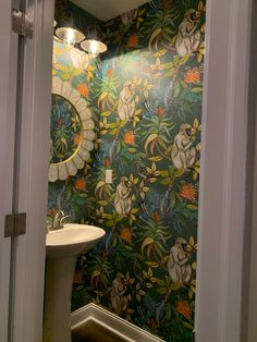 Wallpaper Toilet, Small Bathroom Wallpaper, Bold Wallpaper, Bathroom Design Small, Bathroom Wall Decor, Bathroom Interior Design, Wallpaper Powder Rooms, Cloakroom Wallpaper, Bathroom Ideas