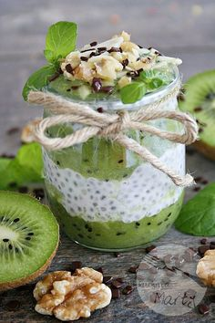 Pudding z chia z musem z kiwi Easy Healthy Smoothie Recipes, Healthy Juices, Kiwi Smoothie, Good Food, Yummy Food, Chia Pudding, How Sweet Eats, Healthy Baking, My Favorite Food
