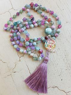 Mala Liebe Kette Diese Kette kann individuell bei uns bestellt werden! Tassel Necklace, Necklaces, Beads, Jewelry, Bangle Bracelets, Love, Schmuck, Beading, Jewlery
