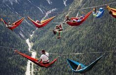 Ces festivaliers dormaient sur des hamacs suspendus à des centaines de mètres entre deux montagnes. Vertigineux !