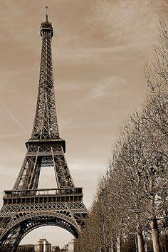 La tour effile noire et blanche
