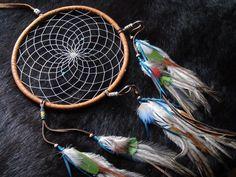 """TRAUMFÄNGER (Hand made from Kokopelli Guadarrama) Titlahtin – """"Das, was mich beruhigt""""     Bei dem Azteken die Traumfänger, Sie nannten ihn Titlahtin, was übersetzt heisst, """"das, was mich beruhigt"""". Im alten Aztekenreich glaubte die Bevölkerung, das sie von geheimnisvollen Kräften einer unsichtbaren Welt umgeben waren und da gab es gut und böse Energien. Eine Möglichkeit um Kontakt mit der unsichtbaren Welt aufzunehmen, war das Träumen. In diesen Träumen erschienen, Gestalten, Tiere, Energi Rackets, Tennis Racket, Aztec Empire, World, Animals"""