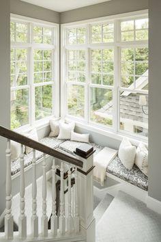 Jasna, bardzo przytulne i przyjemne miejsce do siedzenia przy oknie…