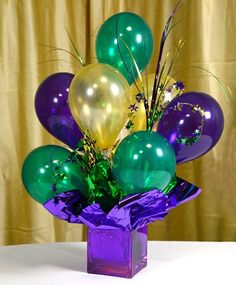 Air-filled Balloon Centerpieces: Ideas & Tutorials Looking for the perfect centerpiece? Inexpensive and easy-to-make air filled balloon centerpieces a Mardi Gras Centerpieces, Mardi Gras Decorations, Balloon Centerpieces, Centerpiece Ideas, Graduation Centerpiece, Diy Party Centerpieces, Balloon Topiary, Topiary Centerpieces, Balloon Arrangements