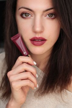 Fall Make up Trend burgundy lips and glowy face