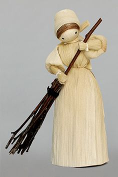 Corn husk doll with broom. Doll Crafts, Diy Doll, Sisal, Corn Husk Crafts, Corn Dolly, Corn Husk Dolls, Diy Arts And Crafts, Fall Harvest, Fall Halloween