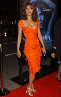 Halle Berry in Gucci. She's extraordinary Halle Berry Hot, Hale Berry, Vintage Black Glamour, Silk Organza, Organza Dress, Women Lawyer, Yellow Fashion, Hollywood, Stretch Dress