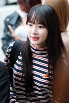 This rookie idol is winning fans with her incredible beauty — Koreaboo Kpop Girl Groups, Korean Girl Groups, Kpop Girls, Really Pretty Girl, Kim Hyun, Cosmic Girls, Queen, Sexy Jeans, Girls Jeans