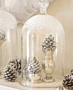 Vitt behöver inte betyda minimalistiskt. Dock är det stilrent med en vit jul. Här har vi samlat den vitglittriga julen, både inspirationen och detaljerna.