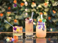 15 Wedding Uses for Edible Flowers: from simple cake decoration to glitzy garnished cocktails and floral ice lollies // The Natural Wedding Company Refreshing Summer Cocktails, Healthy Cocktails, Flower Food, Flower Tea, Pisco Drinks, Cocktail Original, Junk Food, Chefs, Gin Tonic