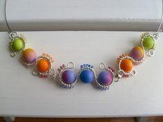 Funky Thing II. perles dégradées en pâte fimo, quelques Delicas et beaucoup de tortillonages de fils métalliques