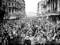 ΑΘΗΝΑ - ΟΚΤΩΒΡΗΣ 1944. - ΑΘΗΝΑΙΟΙ ΠΑΝΗΓΥΡΙΖΟΥΝ ΤΗΝ ΑΠΕΛΕΥΘΕΡΩΣΗ ΤΗΣ ΠΟΛΗΣ - ΦΩΤΟΓΡΑΦΙΑ ΑΠΟ I.W.M. Greece Pictures, Old Pictures, Old Photos, Athens Greece, Crete, Freedom, Street View, Greeks, History