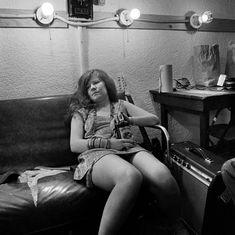 "Jim Marshall Janis Joplin, Backstage at Winterland Auditorium, San Francisco 1968 ""On stage I make love to twenty five thousand people and then I go home alone."" Janis Joplin It's hard to escape how. Acid Rock, Patti Smith, James Joseph, Beatles, Rock N Roll, Rainha Do Rock, Mundo Musical, Jim Marshall, Just Kids"