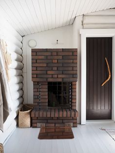 Hirsimökin muodonmuutos: saunatupa | SLIIK Beach House, Cottage, Cabin, Interior Design, Home Decor, Summer, Beach Homes, Nest Design, Decoration Home