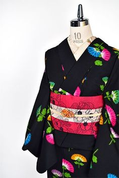 ノーブルブラックに色硝子のようなカラフル花模様愛らしいウール単着物 - アンティーク着物・リサイクル着物のオンラインショップ 姉妹屋