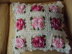 Almofada com florescoloridas em crochê R$ 40,00