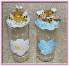 Frascos decorados com biscuit para guardar mel.