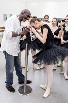 Dr Willard Wigan MBE and Elmhurst Ballet School students viewing Tiny Dancer - photo by Phil Hitchman