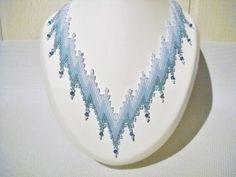 Bargello ketting in de kleuren wit blauw en teal met door Seadbeady