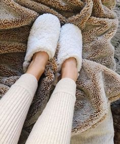 You'll want to slip into these cozy and classic shearling slippers the minute you get home. Not only are they supremely comfortable, but they also look. Trendy Outfits, Fall Outfits, Summer Outfits, Moroccan Slippers, Spring Fashion, Winter Fashion, Shearling Slippers, Get Dressed, My Style