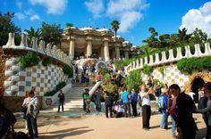 """Eis o """"Parc Guell"""", famoso também por conter outras obras de Galdi como a sala das colunas, os bancos arredondados e o aclamado """"Camaleão de Galdi"""". O parque é lindo, imenso e fica abarrotado de gente caminhando, fotografando e curtindo os artistas locais fazerem suas apresentações! [ x ] voltar aqui!"""