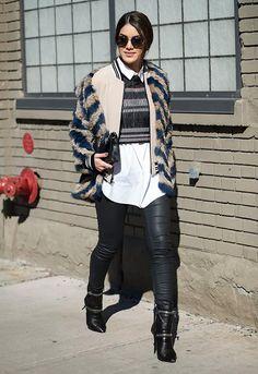 Look da blogueira Camila Coelho com calça jeans de couro com camisa branca, blusa cropped e casaco por cima