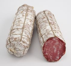 How to Dry-Cure Salami. Dry-cured salami is a style of Italian sausage that, while readily available for purchase, is also simple enough to make at home. You can prepare dry-cured salami without having to cook anything; you only need to make a meat mixtur Salami Recipes, Venison Recipes, Sausage Recipes, Venison Salami Recipe, Jerky Recipes, Deer Recipes, Wild Game Recipes, Bratwurst, Home Made Sausage