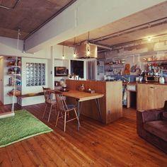 marshさんの、WOODPRO,コンクリート打ちっ放し,WOODPRO足場板,ガラスブロック,アイランドキッチン,裸電球,インダストリアル,DIY,ブランコ,ハンギング,男前,部屋全体,のお部屋写真
