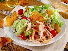 Продукти за 4 порции   100 г тортия чипс  50 г сирене Чедар  1 пиле на грил  1 глава червен лук  2 свежи люти чушки  200 г зелена с...
