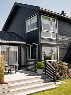 NYTT fargekart - Her finner du Jotuns mest anvendte farger for hus Black Exterior, Exterior Colors, Exterior Paint, Dark Trim, Front Steps, House Painting, Black House, Country Style, My House
