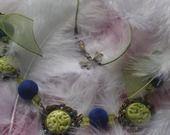 superbe collier à cabochons en céramique réalisés mains vert anis et perles velours bleu et strass : Collier par creationsannaprague