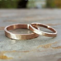 Hammered Matching Wedding Band Set in Solid 14k von brightsmith
