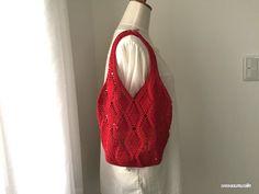 真っ赤なバッグが完成して、編み図書けました^^模様をそのまま繋げて持ち手を編み出しています。サイズ感は↑こんな感じ^^バッグだけを見ると、そんなでもないですが、実際にトルソーにかけてみると、けっこう大きめですね。かぎ針3