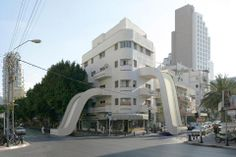 Se llama Tongues y es una creación digital del fotógrafo Victor Enrich que invita a fantasear entre la arquitectura real y el sueño de las estructuras imposibles. Los balcones tienen forma de tobogan y conectan el interior del edifico con el exterior.