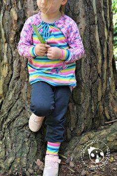 """Jersey """"Liebe Libelle"""" - Blaubeerstern kombiniert mit Jersey """"Starlight"""" und Klöppelspitze """"Santine"""", Baumwoll-Kordel """"Hanni"""" & Perlen, sowie Jeans-Jersey """"Zoey"""" genäht wurde Shirt/Top/Kleid """"Selma Mini"""" von Drei eMs, sowie eine Hose """"Seya"""" von Drei eMs - Nähen für den Herbst/Winter - Mädchen - eBook & Stoff - Glückpunkt."""